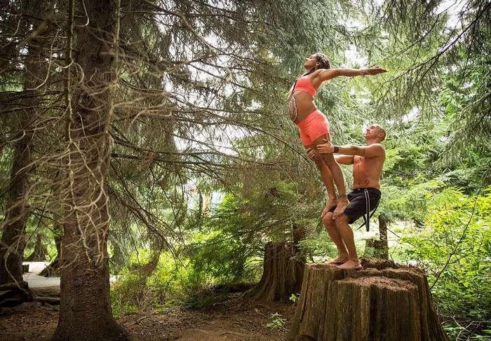 Пара преподает экстремальную йогу на последнем месяце беременности