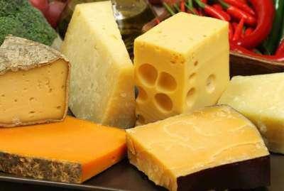 Врачи назвали пять вредных качеств твердого сыра