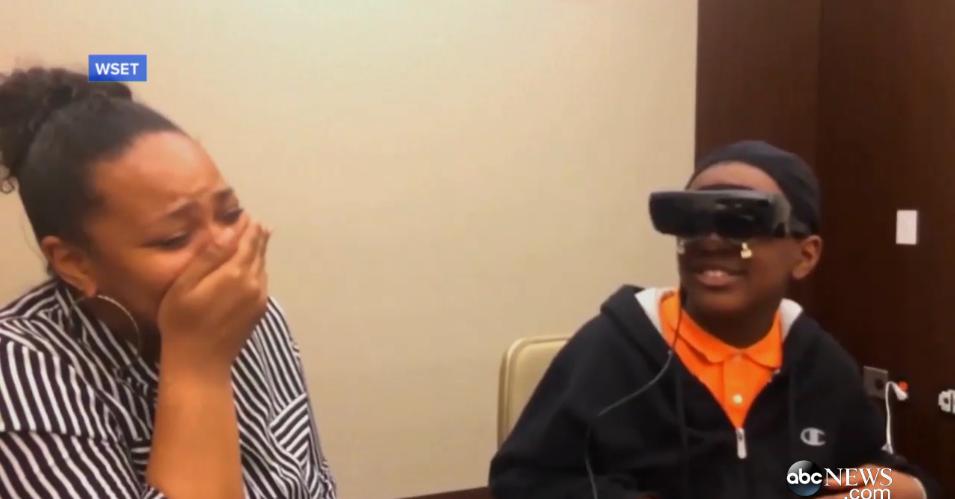 Практически слепой пятиклассник впервые в жизни увидел маму с помощью электронных очков