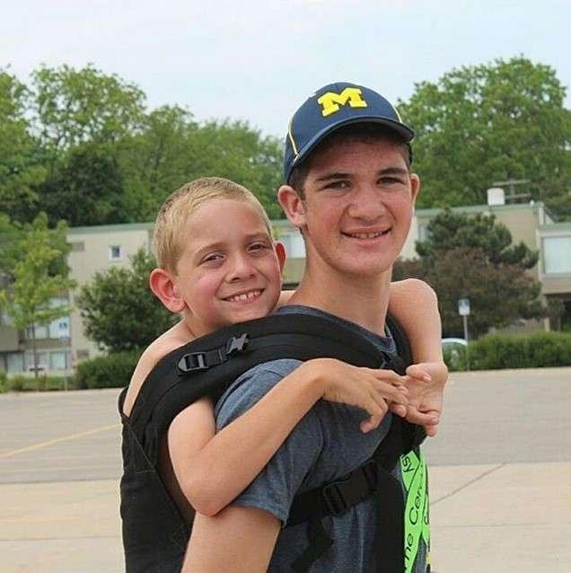 Юноша нес 178 километров своего младшего брата, который болен церебральным параличом