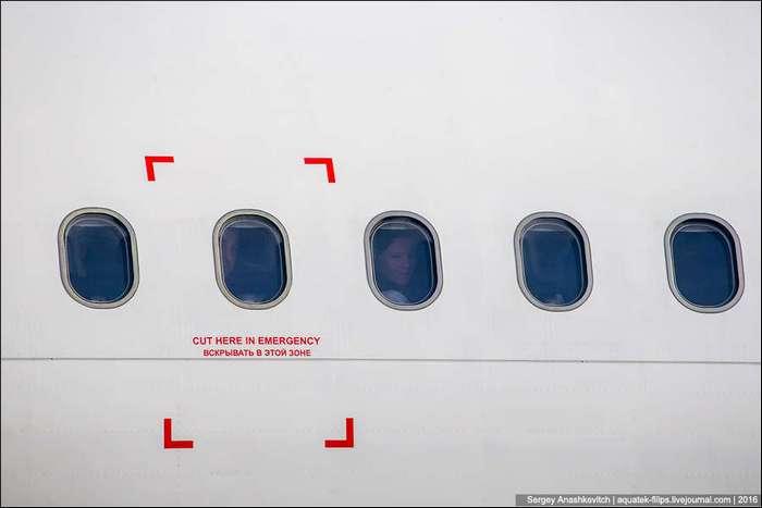 Для чего в самолете некоторые иллюминаторы выделеным красным