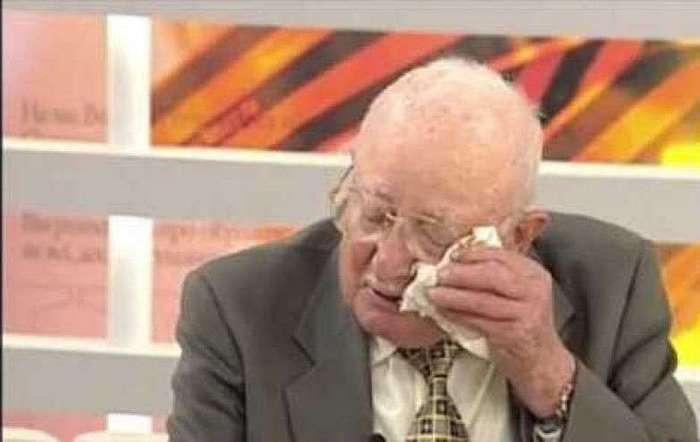Ночью в концлагере мужчина тайно срезал ее волосы. А через 65 лет вернул их своей любимой