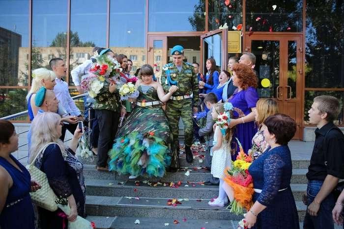 Камуфляжное платье, береты и тельняшки: в Омске прошла свадьба в стиле ВДВ