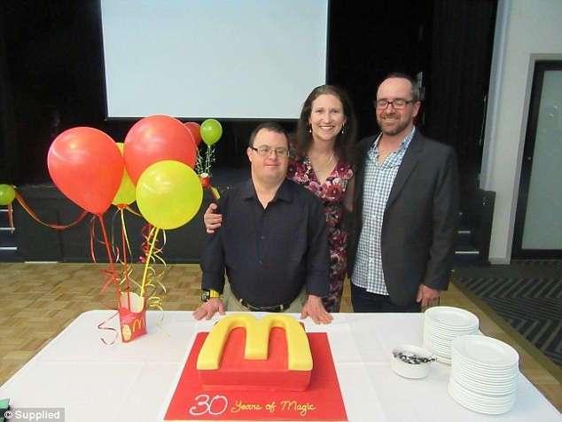 Парень с синдромом Дауна отмечает 30-летний юбилей работы в сети быстрого питания