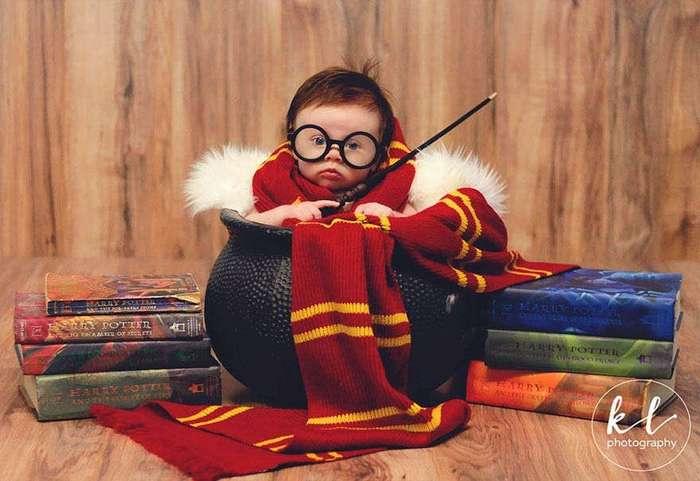Красивая фотосессия симпатичной 3-месячной девочки в стиле «Гарри Поттер»