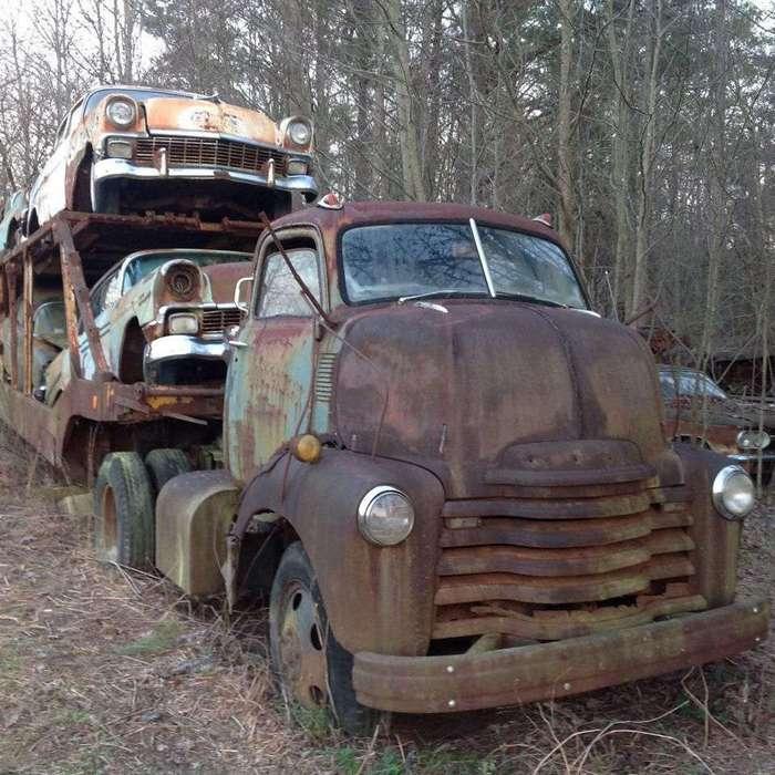 Автозоз с классическими Chevy найденный в лесу