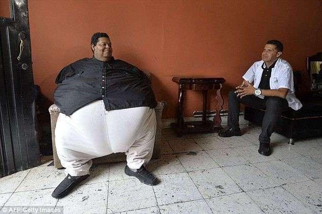 Самого толстого человека Колумбии отвезли худеть на пожарной машине