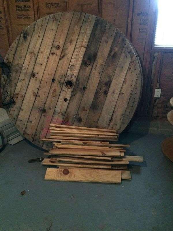 Барная стойка из деревянной катушки для кабеля