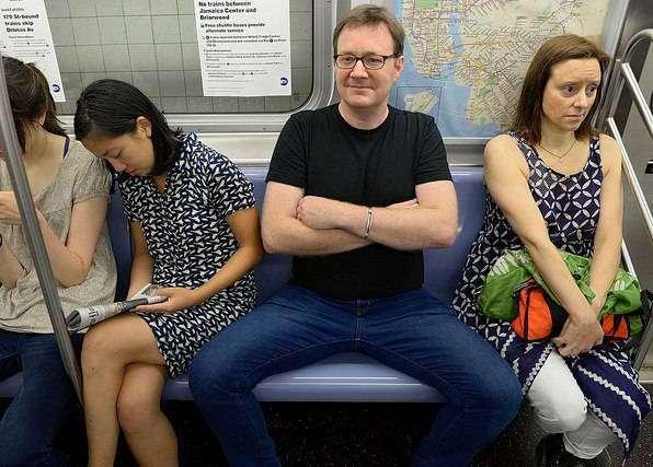 Социологи нашли оправдание широко раздвинутым ногам в общественном транспорте
