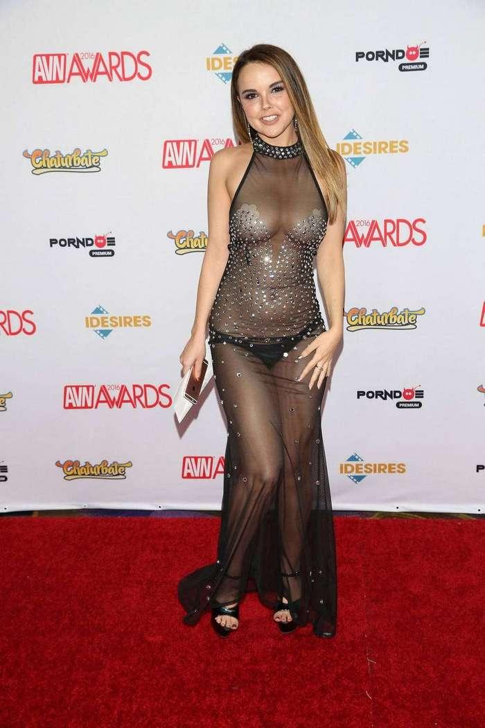 Диллион Харпер в просвечивающемся платье