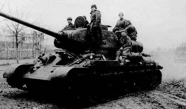 13 суток держали круговую оборону в затонувшем в болоте танке двое бойцов!