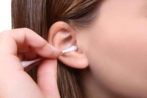 Что такое ушная сера, и почему чистить уши ватными палочками — плохая идея