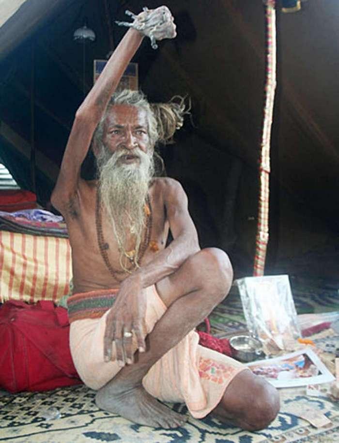 Индус держит руку поднятой вот уже 43 года