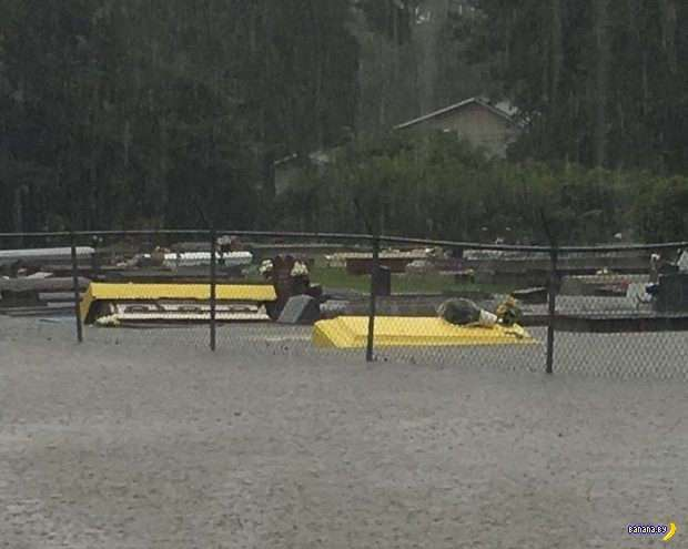 Из-за наводнений в США всплывают гробы