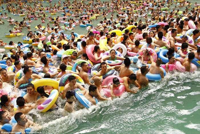 Как сельди в бочке: 10 тысяч китайцев спасаются от жары в самом большом бассейне