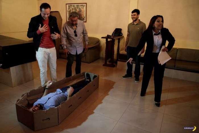Картонные гробы запускают в Венесуэле