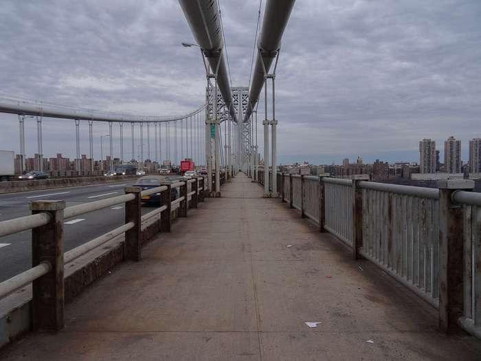 Каждые 4 дня кто-то предпринимает попытку самоубийства спрыгнув с этого моста