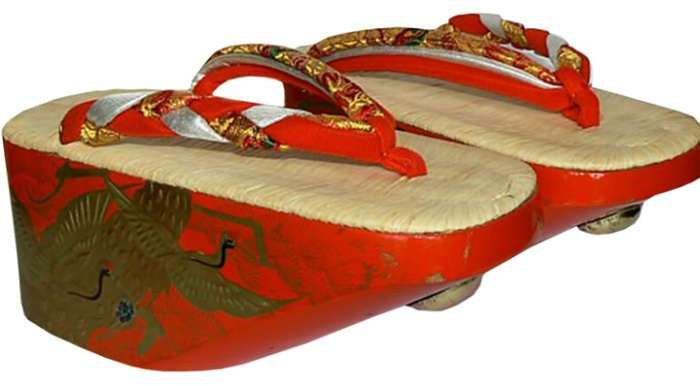 Модно, но жутко неудобно: обувь на платформе прошлых столетий
