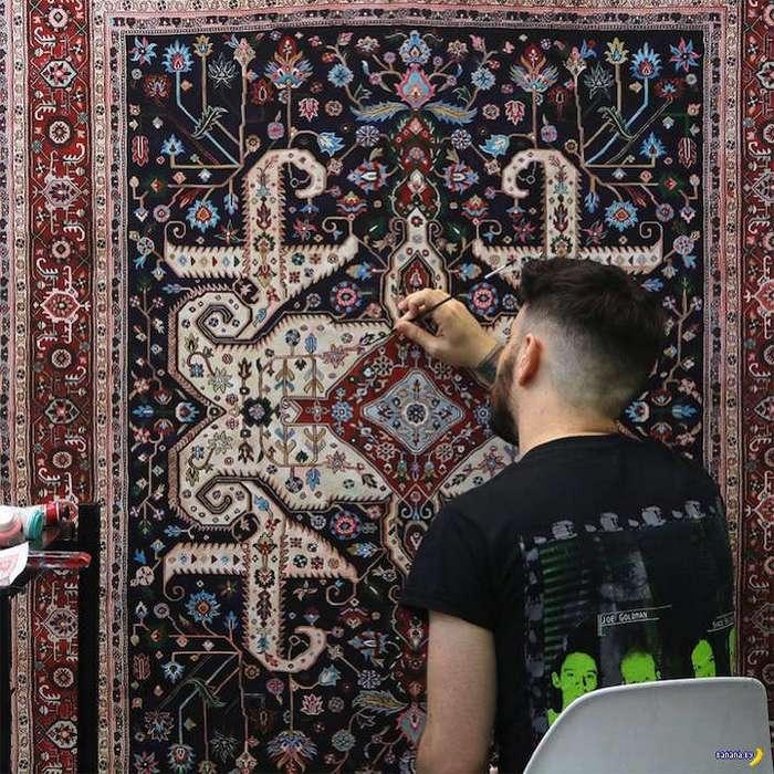 Мужик рисует ковры