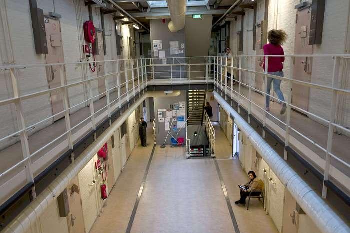Нидерланды размещают мигрантов в тюрьмах