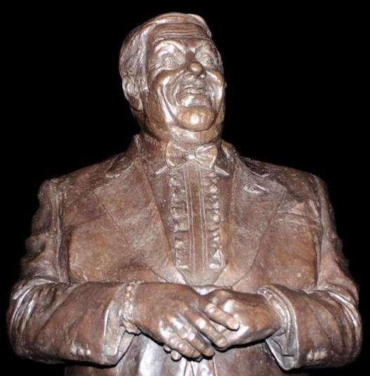 Самые странные, забавные и нелепые статуи известных людей