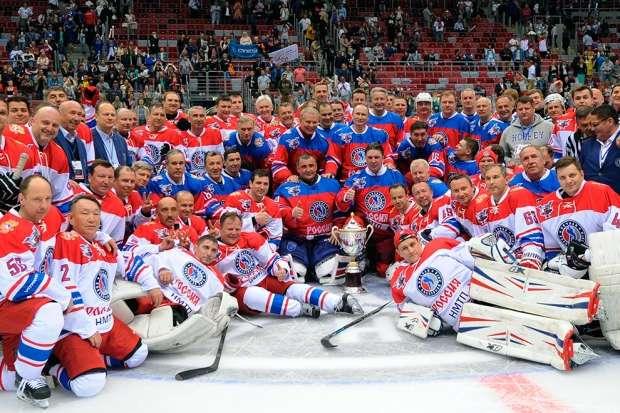 Свистать всех на лед: Владимир Путин сыграл в хоккей