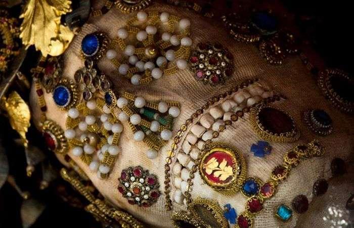 Тайна римских катакомб: жуткие древние скелеты, усыпанные драгоценными камнями