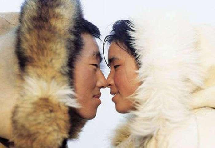 Целовашки не для них: как разные народы демонстрируют симпатию друг другу