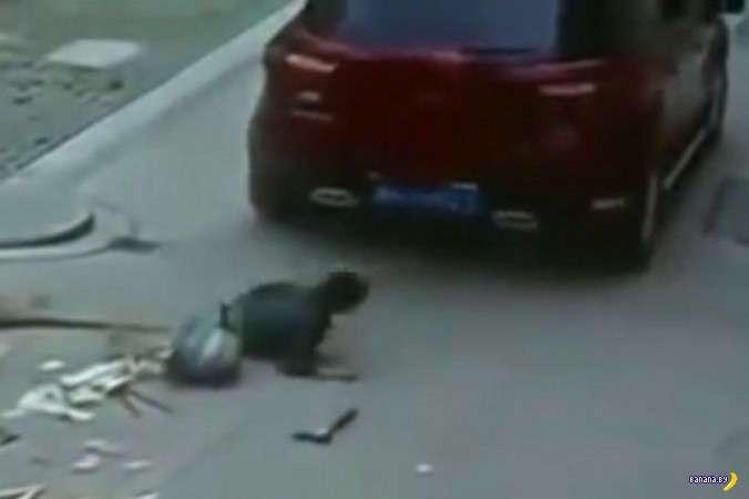 В Китае водители добивают сбитых пешеходов
