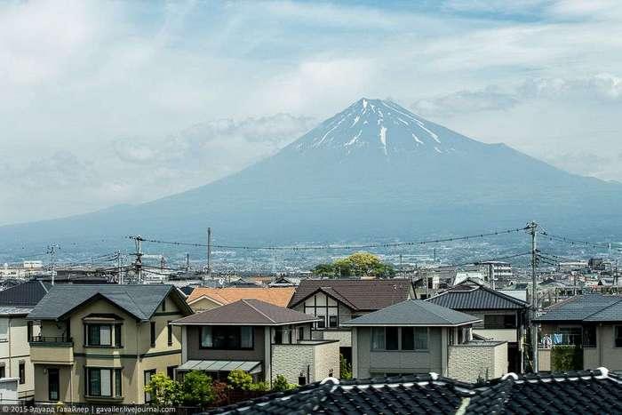 Вулкан Фудзи из окна японской бани