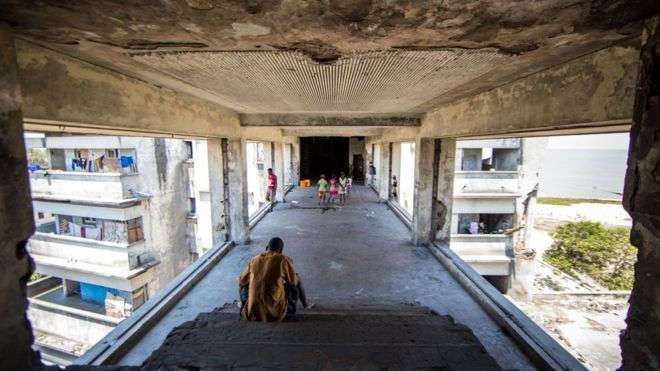 Заброшенная гостиница Grande Hotel в Мозамбике стала домом для 3500 человек