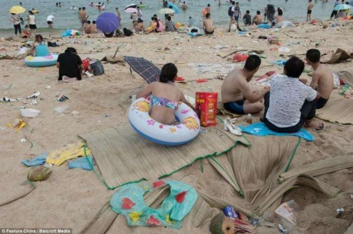 Китайский пляж после праздника лодок-драконов (12 фото)