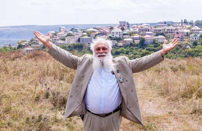 Цыганская столица мира: молдавский городок, где местные жители выставляют напоказ свое богатство