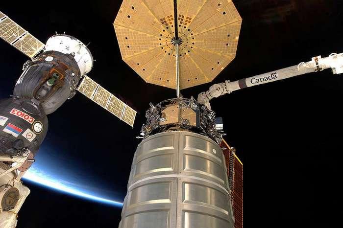 Космический корабль Союз и  частный автоматический грузовой космический корабль Cygnus