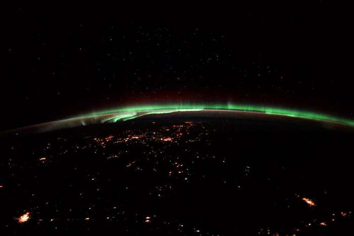 Зеленые полосы северного сияния