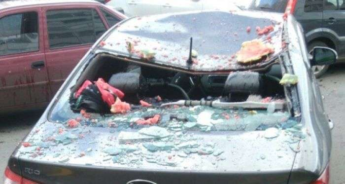В Сургуте выброшенный в окно арбуз разбил автомобиль (3 фото)