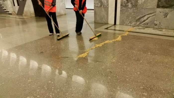 Зачем в метро разбрасывают опилки