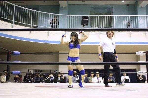 Японская звезда рестлинга покоряет соотечественников кривозубой улыбкой и стальными мышцами (18 фото)