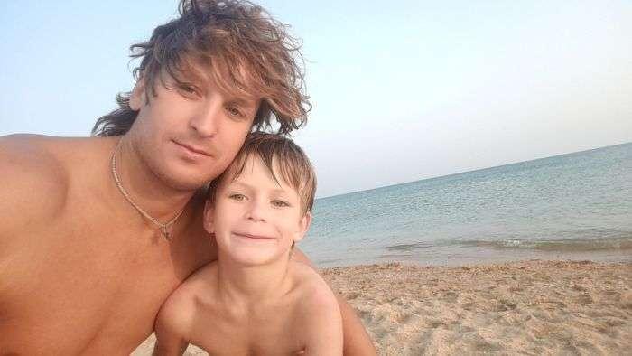 Тренер по плаванию спас семью, унесенную в море на надувном матрасе
