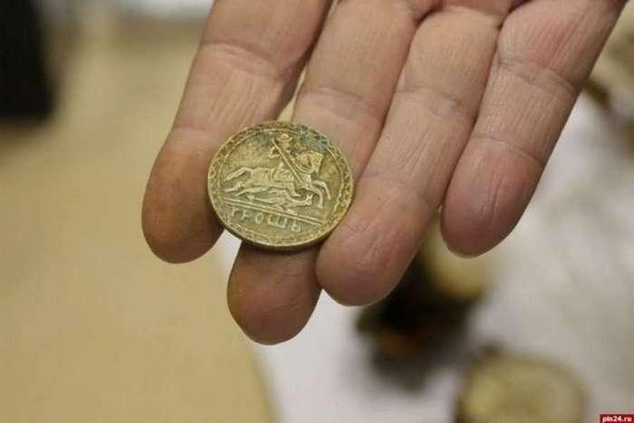 Псковский клад с монетами и орденами XV — XX века