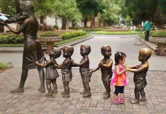 Мастер-класс: 16 юных креативщиков, которые точно знают, как надо фотографироваться со статуями