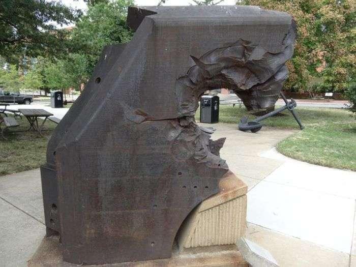 Фрагмент крейсера «Ямато» после попадания снаряда (4 фото)