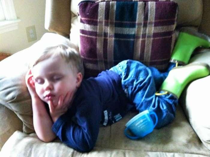 Маленькие трудоголики: 17 позитивных снимков, доказывающих, что уставший человек может уснуть где угодно