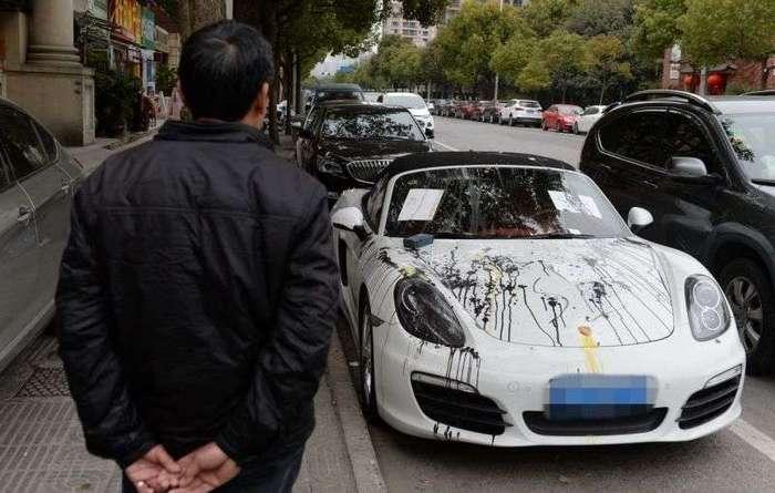 Месть шанхайцев соседу, перекрывшему своим Porsche вход в жилой комплекс (5 фото)