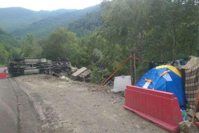 Пользователи сети решили спасти дальнобойщика, живущего в палатке на трассе под Иркутском