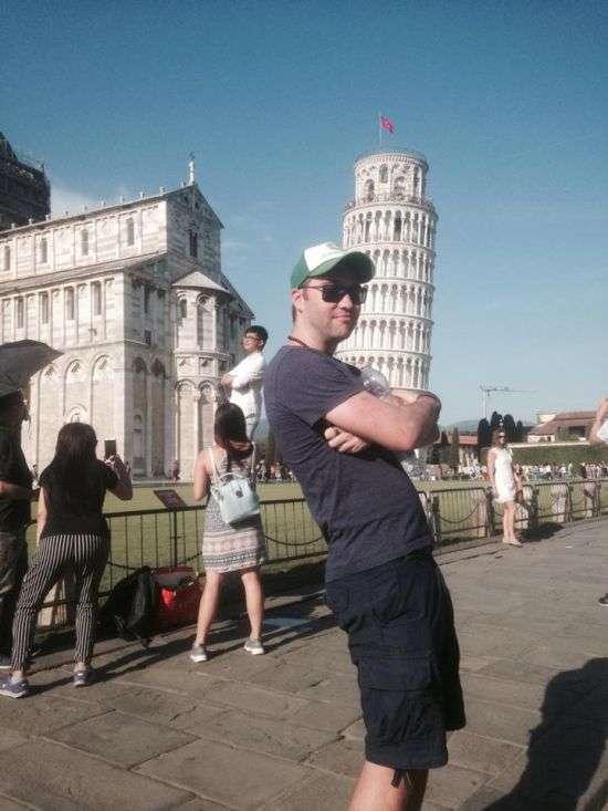 Парень троллит туристов у Пизанской башни (6 фото)
