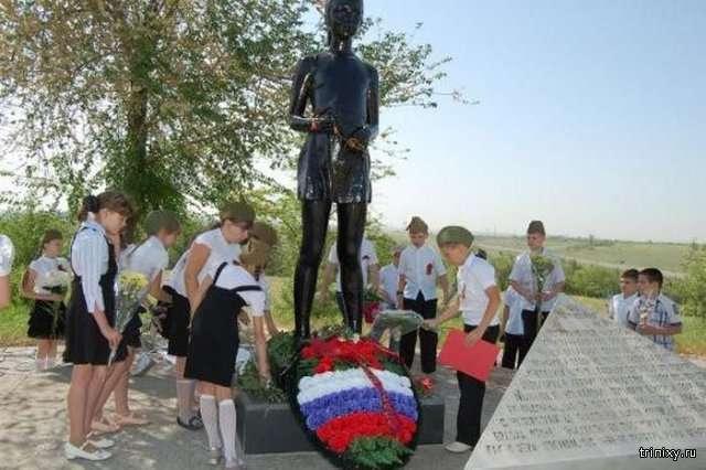 Памятник под Волгоградом, посвященный девочке Миле (3 фото)