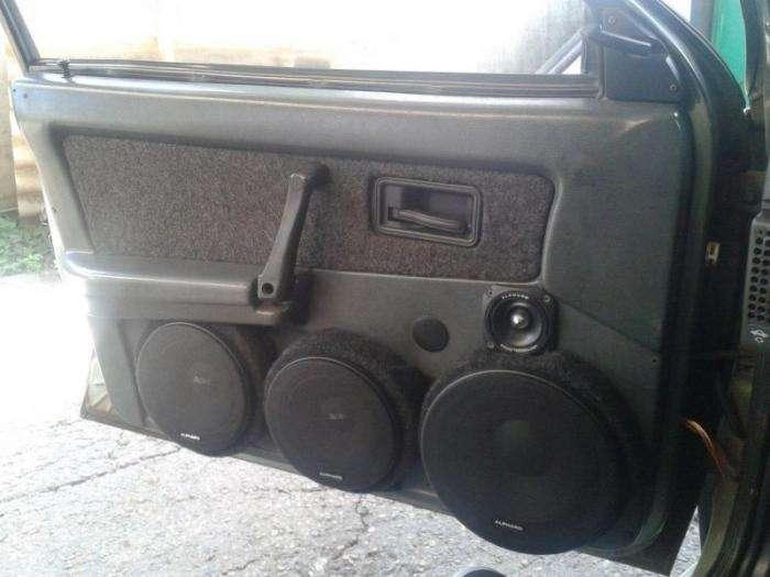 Поклонники отечественного автопрома прокачивают звук (18 фото)