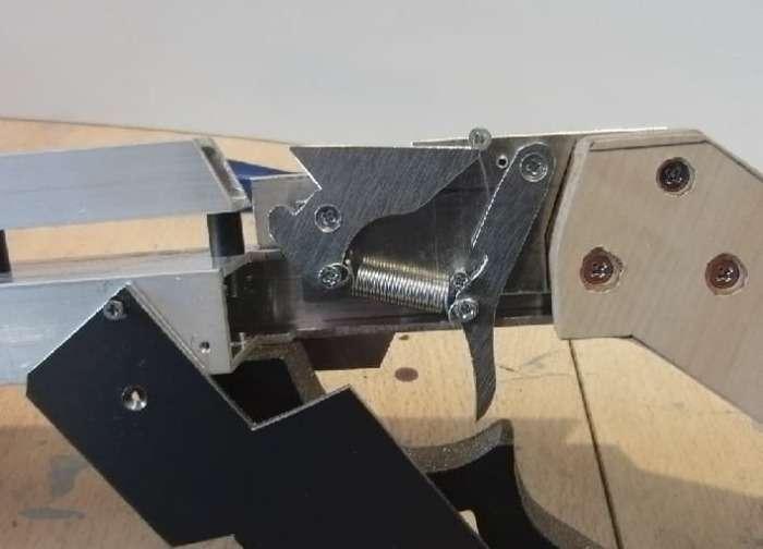 Изобретатель сделал самодельный полуавтоматический арбалет