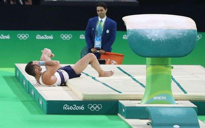Французский гимнаст получил двойной перелом ноги на Олимпиаде (7 фото)